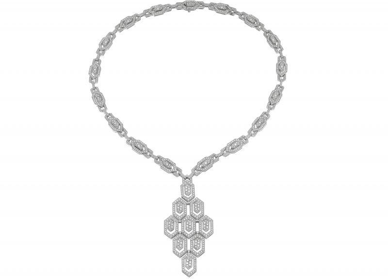 BVLGARI Serpenti Eyes on Me系列頂級鑽石項鍊頂級白K金項鍊,六角形蛇鱗片造型鍊墜,以密鑲鑽石作為鑲飾 (總重約8.46克拉)。參考售價約NT$2,650,000