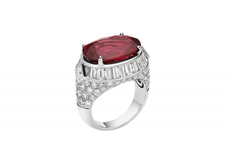 BVLGARI 頂級彩寶與鑽石戒指頂級白K金戒指鑲嵌1顆橢圓形切割紅色尖晶石(約10.66克拉),另鑲嵌26顆方形切割、長棍形切割和梯形切割鑽石(總重約3.04克拉),密鑲鑽石作為鑲飾 (總重約1.74克拉)參考售價 約 NT$ 6,100,000