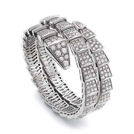 BVLGARI Serpenti 雙圈鑽石手環白K金雙圈手環,密鑲鑽石鑲飾(總重約15.49克拉)參考售價 約NT$3,060,000