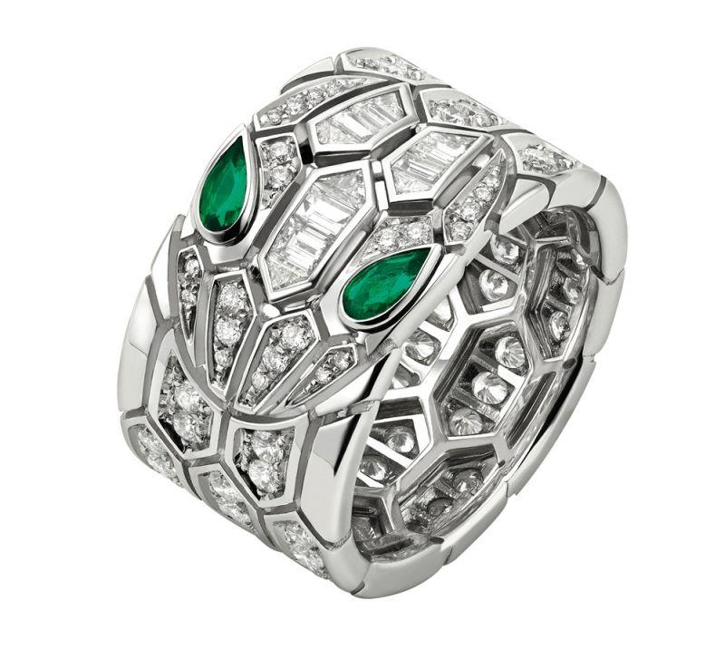 BVLGARI Serpenti Eyes on Me系列頂級祖母綠戒指頂級白K金戒指,鑲嵌2顆梨形切割祖母綠於蛇眼 (總重約0.19克拉)、長棍形切割與密鑲鑽石作為鑲飾 (總重約1.65克拉) 。參考售價約NT$1,100,000