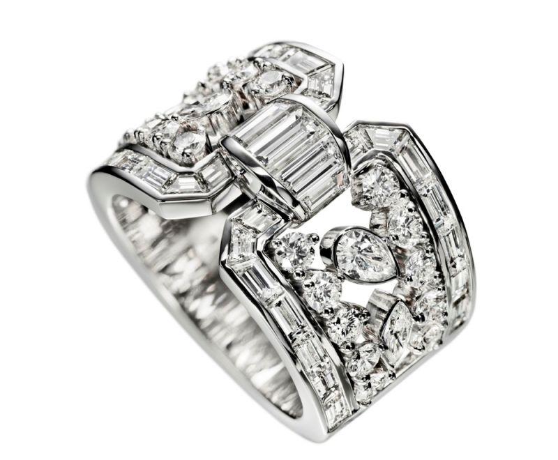 海瑞溫斯頓Caftan鑽石戒指圓形明亮式切工與花式切工鑽石組成,總重3.59克拉,悉心鑲嵌於鉑金底座