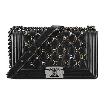 黑色皮革鑲嵌珠飾 BOY CHANEL包款 售價NT$381,900
