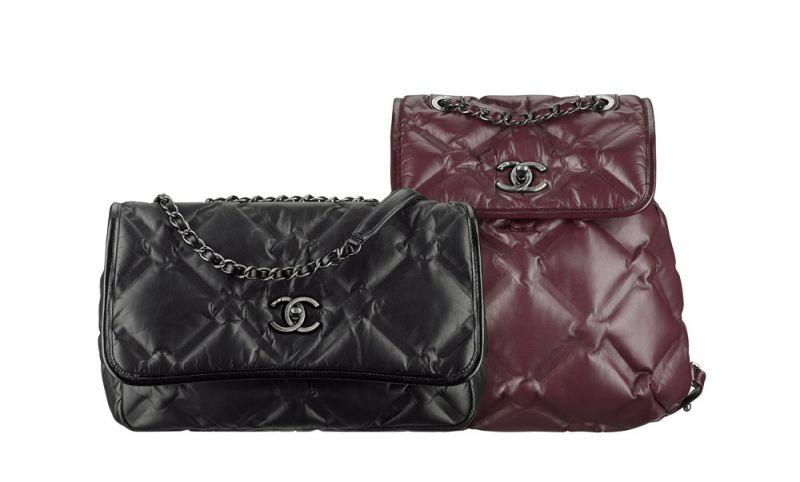(左)黑色菱格紋雙C釦飾小型肩背包 $118,500 (右)酒紅菱格紋雙C釦飾後背包 $135,700