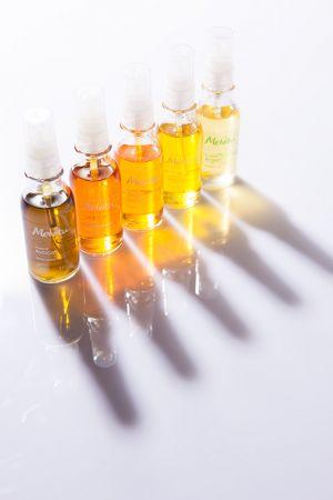百搭保養品摩洛哥堅果油除了能單用外,也能與其他保養品一起混合使用,它就像是保養品的最佳夥伴,一起混用,能夠大幅提升保養品的滋潤度,並加速保養成分的吸收。以Melvita 摩洛哥堅果油為例,想要肌膚明亮者,能與橙花花粹或是橙花美容液一起使用,幫助柔軟角質,創造明亮膚色;想要肌膚滋潤者,則能與玫瑰花粹或是玫瑰美容液一起使用。或是,也可加入身體乳或是臉部乳液、乳霜使用,幫助加強滋潤度。