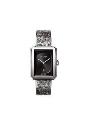 BOY.FRIEND 斜紋軟呢腕錶_中型款 (新款)精鋼錶殼 (26.7 x 34.6毫米)黑色扭索紋錶盤搭配日期盤精鋼錶冠鑲嵌凸圓形黑色尖晶石錶鍊以精鋼絲交織,壓印出品牌經典斜紋軟呢圖騰雙層折疊式錶扣高精準度石英機芯功能:時、分、日期顯示防水深度:30米建議售價NTD165,000元