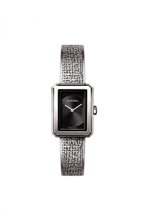 BOY.FRIEND 斜紋軟呢腕錶_小型款(新款)精鋼錶殼 (21.5 x 27.9毫米)黑色扭索紋錶盤搭配日期盤精鋼錶冠鑲嵌凸圓形黑色尖晶石錶鍊以精鋼絲交織,壓印出品牌經典斜紋軟呢圖騰雙層折疊式錶扣高精準度石英機芯功能:時、分、日期顯示防水深度:30米建議售價NTD154,000元