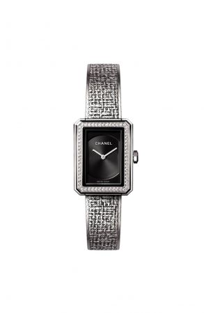 BOY.FRIEND 斜紋軟呢腕錶_小型款(新款)精鋼錶殼 (21.5 x 27.9毫米)精鋼錶圈鑲嵌62顆明亮式切割鑽石(約0.37克拉)黑色扭索紋錶盤精鋼錶冠鑲嵌凸圓形黑色尖晶石錶鍊以精鋼絲交織,壓印出品牌經典斜紋軟呢圖騰雙層折疊式錶扣高精準度石英機芯功能:時、分顯示防水深度:30米另有精鋼錶圈款式建議售價NTD273,000元