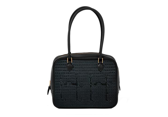 Plume Mini系列刺繡工藝珍稀包款工匠以精緻的手工刺繡方式將立體的珠粒與馬銜圖紋縫製在斜紋真絲材質上,並以珍貴的鱷魚與蜥蝪皮革縫製裝飾在細節處。