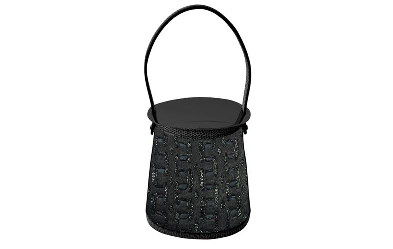 Stromboli 系列刺繡工藝珍稀包款工匠在斜紋真絲材質的包面上先以線繡出鏈環圖案、再縫上Miyuki 玻璃珠以突顯其圖紋的立體感,並在提把、包口邊緣與底部以蜥蜴皮革縫製裝飾,搭配黑亮 PVD材質的皮包上蓋,完美呈現純粹手工的細緻質感。