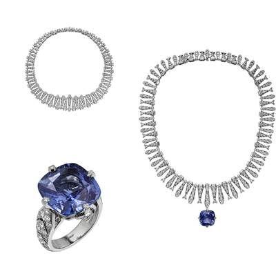 CartierIncantation藍寶石項鍊/戒指鉑金,主石為一顆22.84克拉的錫蘭枕形切割藍寶石,1.06克拉的階梯形切割五角形G VVS2級鑽石,梯形切割鑽石,公主式切割鑽石及圓形明亮式切割鑽石。項鍊弧度可翻轉,而藍寶石可作戒指佩戴。CartierIncantation藍寶石戒指鉑金,一顆重22.84克拉的枕形錫蘭藍寶石,圓形明亮式切割鑽石。藍寶石可佩戴於項鍊上。