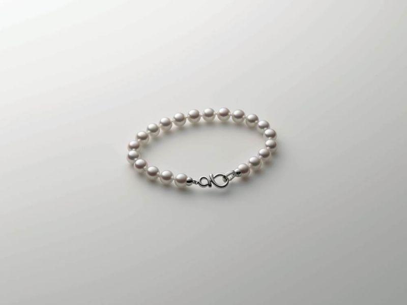 Mikimoto 有多款珍珠串鍊,強調活用金屬釦頭