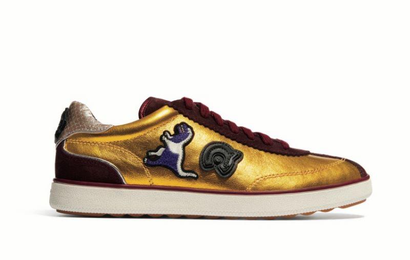 必備時尚款球鞋金色拼貼裝飾球鞋,Coach。
