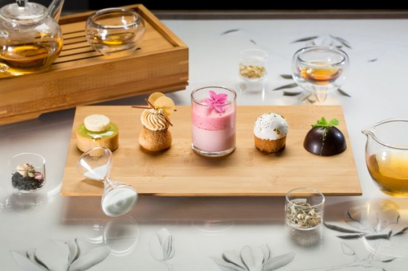 五款茶點左到右:茶香蘋果起司塔、南非國寶茶修女泡芙、黑醋栗洛神花果凍左草莓庫利、錫蘭茶蛋糕左糖漬香橙、薄荷巧克力小點