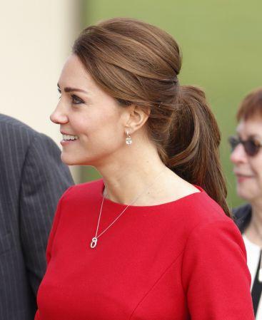 頭頂拉高蓬鬆的馬尾Kate Middleton