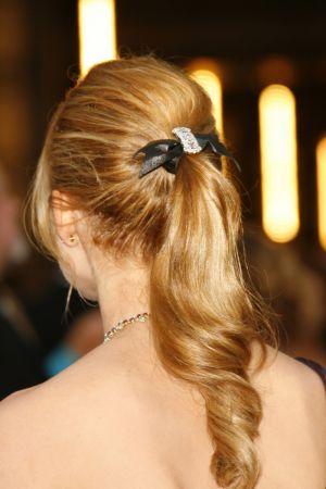 利用時髦髮飾創造的中馬尾