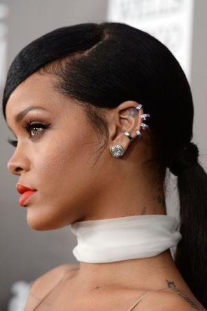 神秘感的黑馬尾Rihanna