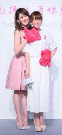 Melody和好友海芬於記者會現場進行雅芳 「Breast Hug粉紅擁抱!」的親密專屬動作, 傳遞女性「互相檢查乳房」、「互相提醒檢測」的新觀念,成為最新乳癌防治潮流!