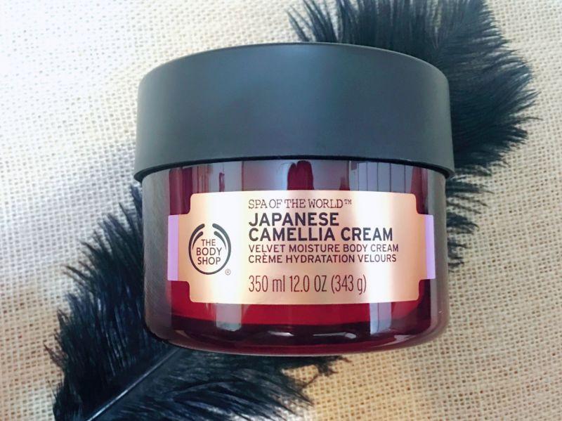 我一直很喜歡 The Body Shop世界Spa系列產品,尤其是這款日本Spa山茶花鎖水美膚霜,它擁有我相當苛求的滋潤度,因為成份選用的是日本山茶花籽油、芒果籽油、乳油木果油等,可說是相當高級的一款身體乳霜。濃郁霜慕絲質地,塗抹在身上幻化成水狀乳霜,形成一層薄薄的潤澤感,最期待每天塗抹後,連雙手都變得柔軟細緻,令人滿足,而且毫無黏膩感,大推薦。推薦者:Marie Claire美容健康總監 忻潔
