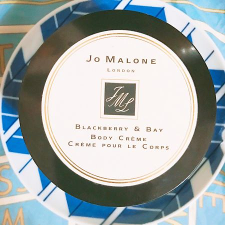 說到乳液,最重要的就是滋潤度和香氣,這款Jo Malone黑莓與月桂葉的潤膚乳霜就是結合兩者的完美商品!質地細膩,清爽好抹勻,滋潤度高。香味更是宜人,不會過於女性化的黑莓和月桂葉帶點迷人的神祕氣息,如果搭配香水使用,效果加倍~推薦者:Marie Claire採訪主編 Nicole