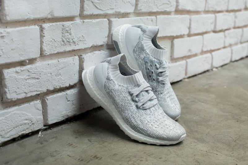 即將推出的最新UltraBOOST全白反光系列,依舊擁有精緻上乘質感的Primeknit 針織材質鞋身,以最易搭配與出色的白系色調攻佔人心,而舒適貼合腳型的底筒襪套式設計,則能讓鞋身顯得更加修長,穿上後能夠修飾出纖細線條。UltraBoost Uncaged, NT6,500