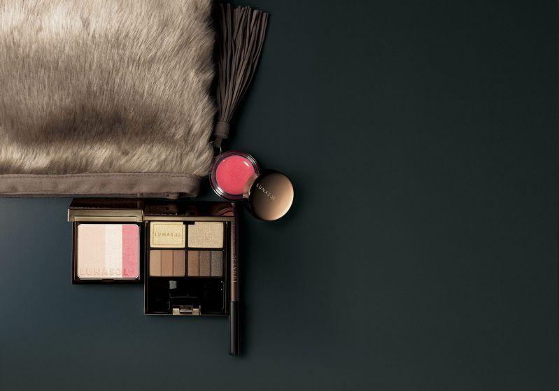 佳麗寶 LUNASOL 2016 聖誕光燦奢華派對組2016(暖金)細膩的色彩變化,揉合質感光芒,打造派對時尚粧容的限定組。