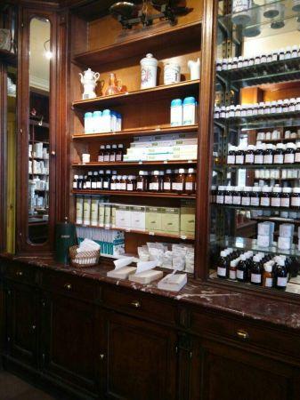 各種功能的藥草茶、天然草本的牙膏、洗髮精、跌打損傷的藥膏應有盡有