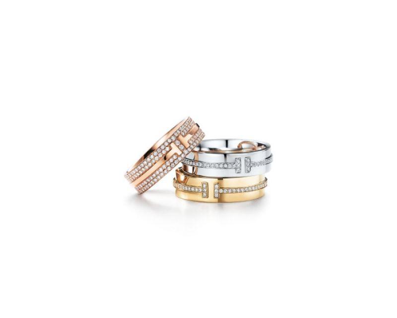 Tiffany T Two 系列戒指(上至下) 18K玫瑰金鋪鑲鑽石戒指 NT$264,000 18K白金鑲鑽戒指 NT$113,000 18K金鑲鑽戒指 NT$113,000