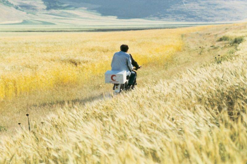《風帶著我來》(Wind Will Carry Us,1999)