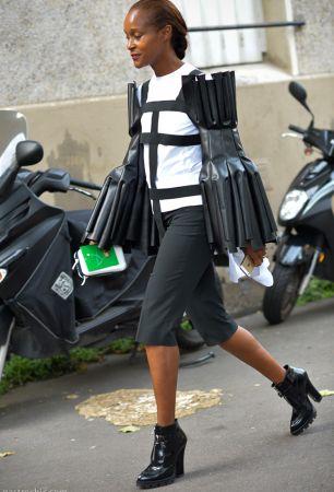 即使川久保玲的設計十分大膽前衛,許多秀上看似極難駕馭的服裝卻成了時尚人士的心頭好,造型師Michelle Elie就時常被拍到穿著Comme DesGarcons招搖出街。