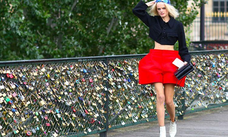 剪裁誇張的短褲搭配簡單的上衣與配件,反而十分搶眼時髦。(名模Hanne Gaby Odiele)