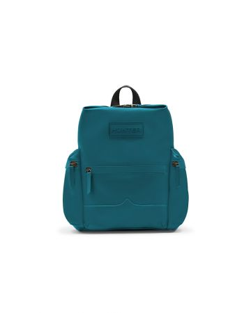 暢銷的背包系列有經特殊橡膠防水處理的皮革材質,時尚與實用兼具,絕對是雨天必備單品。經典Logo後背包-皮質橡膠款 NT 10,800