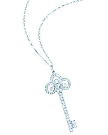 Tiffany Keys 鉑金鑲鑽鳶尾花鑰匙鍊墜 (小S配戴款) NT$160,000 (鍊墜價格,不含項鍊)