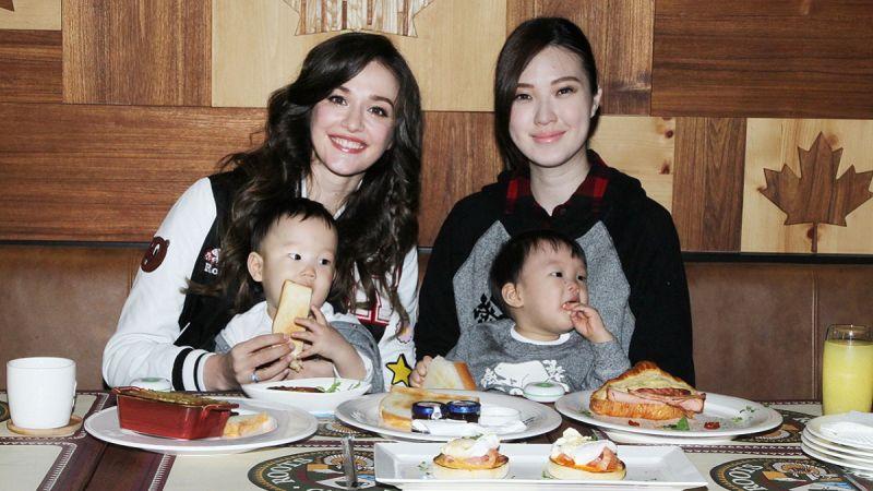 幸福媽咪瑞莎(左)及名模品萱(右)與雙胞胎兒子Mitch及Marty一同享用Roots 43周年限定的美味餐點。