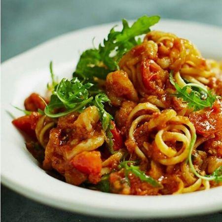 以每日現做義大利麵料理的鮮蝦義大利細麵佐芝麻葉