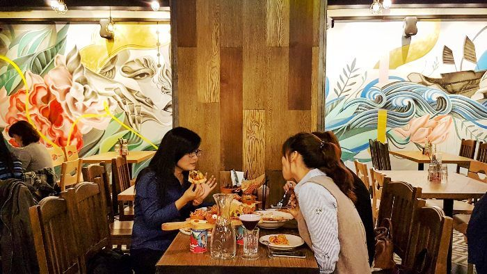 餐廳牆面邀請香港藝術家Caratoes彩繪作畫
