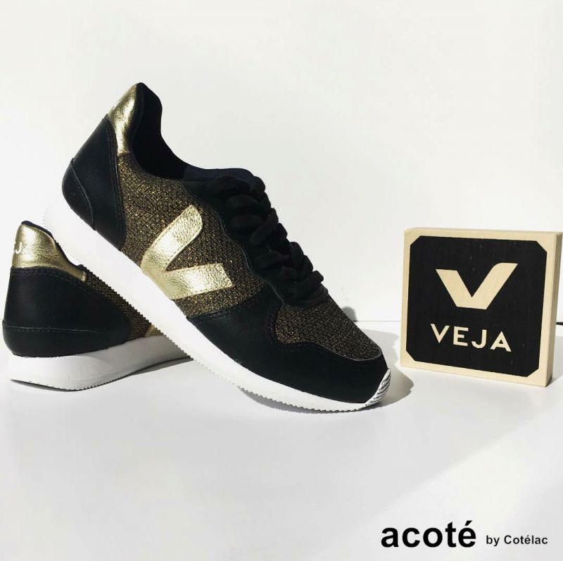 acoté x Véja材質細節:鞋面金色網布70%回收棉布、30%回收塑膠瓶暗銅色皮質拼接設計、暗銅色皮質側邊V logo亞馬遜橡膠鞋底巴西阿雷格里港製作Véja使用的合成布料: 防水、透氣