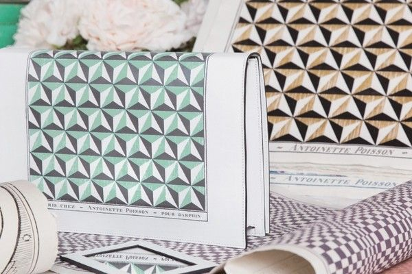 2015年DARPHIN與Antoinette Poisson首度合作推出的限量手拿包,售價3,800歐元(約13萬台幣),數量10個,僅在法國巴黎DARPHIN美妍護膚中心販售。