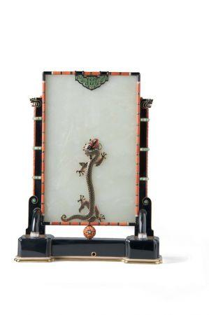 吉美博物館─座鐘(背面)玉,鑽石,珊瑚,黃金,翡翠,珍珠母貝,瑪瑙,琺瑯,卡地亞巴黎 1927年