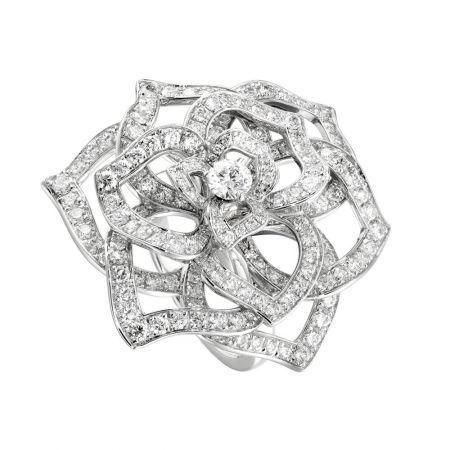 入圍者—最佳女主角,范冰冰的珠寶行頭Piaget Rose18K白金指環鑲嵌179顆圓形美鑽(約重2.94克拉)單顆中央圓形美鑽(約重0.27克拉)台幣參考售價905,000元