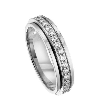 Possession18K白金指環鑲嵌37顆美鑽(約0.56克拉)台幣參考售價 170,000元