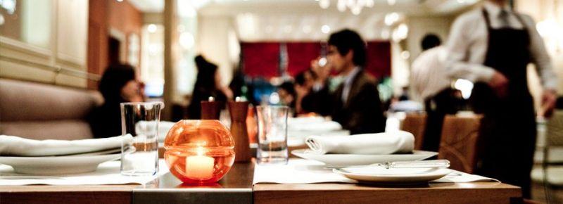 ▲在大阪的 Benoit 餐廳,艾倫杜卡斯與團隊投入當地特有的烹飪方式。