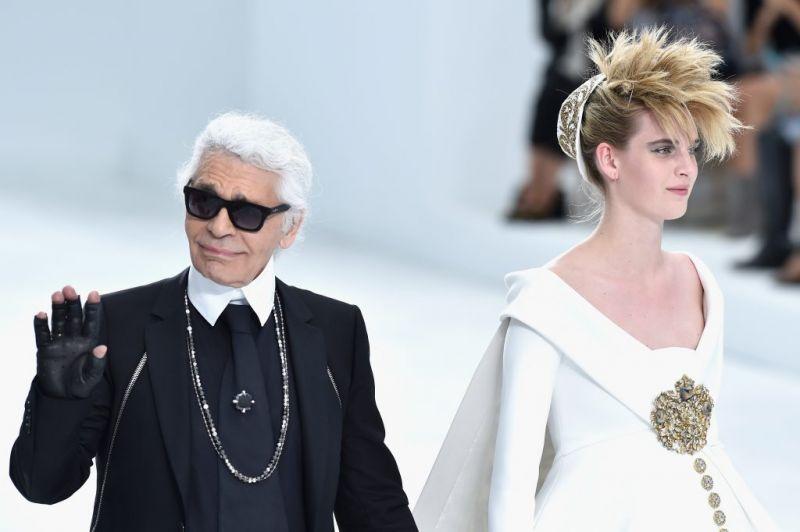 ▲香奈兒總監 Karl Lagerfield(左)是時尚界舉足輕重的人物。