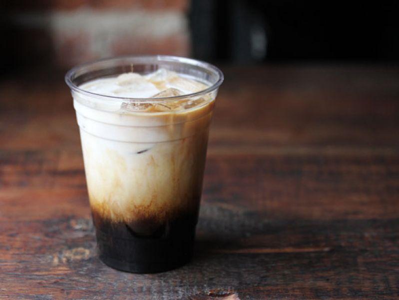 1. 以楓糖取代白糖、糖漿靈感來自紐約布魯克林Sweetleaf Coffee's咖啡店。夏秋之間由熱轉涼,不是短褲搭薄長袖,就是裙子配靴子的尷尬天氣,Sweetleaf 咖啡的 Rocket Fuel 以帶有菊苣根香氣的冰滴咖啡為基底,淋上些許楓糖和牛奶,雖然天氣正涼,但帶點冰塊還是很適合秋意濃濃的時節。