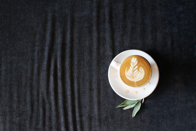 3. 誘人蘋果香去年Toby's Estate Coffee推出新品「蘋果貝蒂」,喝起來好似咖啡界的蘋果派。這間位在紐約的咖啡店,香濃卡布奇諾淋上自製蘋果香料糖漿。而這招牌蘋果風格糖漿要怎麼做呢?根據咖啡網站Sprudge,蘋果、蘋果汁、蘋果醋、整粒黑胡椒、肉桂、荳蔻、薑、肉荳蔻、百里香、迷迭香、糖和水用小火燉煮後將食材瀝乾撈出。