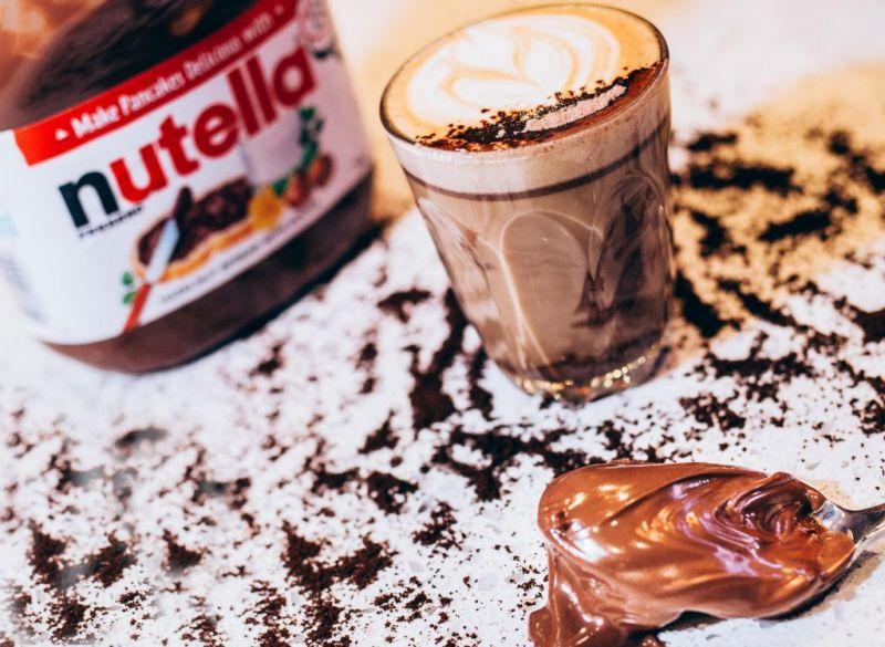 2. 邪惡的 Nutella 榛果巧克力醬喜歡結合巧克力與咖啡香的摩卡嗎?這款作品會讓你恨不得把杯裡每滴都舔個精光!華盛頓特區的羅盤咖啡推出「Nutella 摩卡」,比起原先使用可可粉或是巧克力糖漿,咖啡店主人 Michael Haft 和 Harrison Suarez 發明自己的 Nutella 巧克力醬版本。首先,將 Nutella 巧克力醬加熱,他們特別喜歡使用加拿大販售的 Nutella ,因其使用真正的糖而非一般的高果糖玉米糖漿,再添加鮮奶油和全脂牛奶讓醬汁變薄,最後,撒上少許可可粉和香草精。羅盤咖啡的獨家食譜中,採用兩個shot 的濃縮義式咖啡搭配 45 公克榛果巧克力醬,倒些熱牛奶做完美的結尾。在義大利有款名為 marochino 的咖啡與 Nutella 摩卡十分相似,據說源自 Torino 這個地方。做法有許多不同版本,有人將杯底灑滿可可粉,倒入熱牛奶、espresso後再上一整層可可粉;也有杯底是熱巧克力,在 Nutella的誕生地 Alba,當地的 marochino 便是使用在地出產的榛果巧克力醬製成。