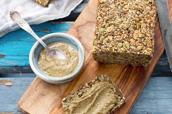 來自中南美洲的奇亞籽歷史悠久長遠,富含 omega-3。和液體接觸時會形成粉圓狀,能增加飲品濃稠度或是當作特殊口感的果凍。另外,吃起來幾乎沒有味道的奇亞籽也適合灑在任何食物上,或是與麵粉和在一起於烘培時使用。