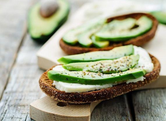 營養價值:提到酪梨的營養成分,其所含高脂肪成分總是話題,酪梨的單元不飽和脂肪能夠保護心血管系統,但同樣的成效也可以透過攝取高油脂的魚類、堅果、未烹煮過的橄欖油、葵花油取得。而這些也的確是我們該吃的食物。雖然吃來清爽又不容易飽,酪梨的熱量卻十分可觀,一顆完整酪梨果肉就有 240 大卡呢。千萬別因為這個美麗的誤會大吃酪梨反而還變胖呀! 2013 年有八個初階研究顯示,食用哈斯酪梨 (Hass avocados) 對心血管系統有益,但這些研究仍尚在進行中,更重要的是,這些都是哈斯酪梨協會出資產出的研究報告。