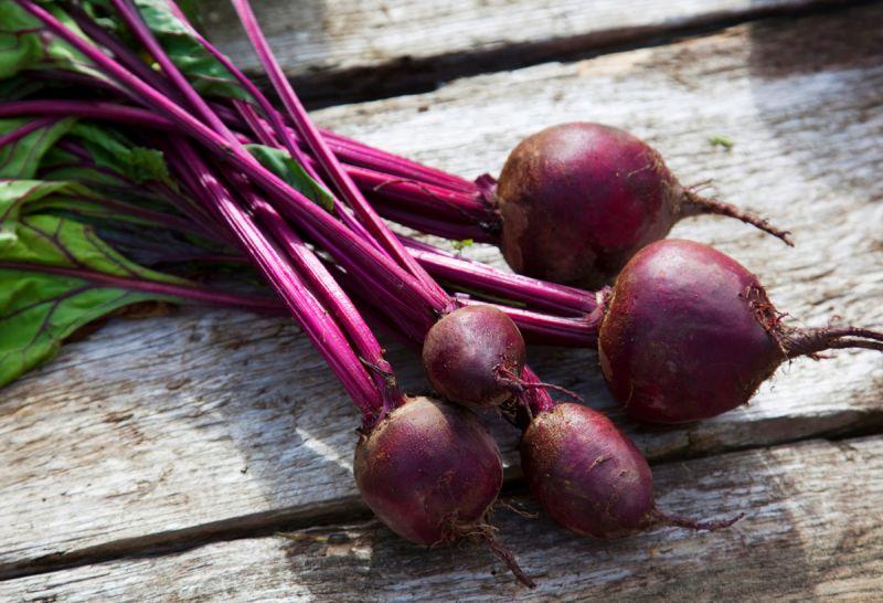 甜菜根不久前甜菜根還乏人問津,突然間就變成了炙手可熱的明星商品。新鮮烘烤、醃漬或榨汁來喝都可以,絕對屬於多重用途的蔬菜。經典的紫紅色還會跟著你一整天,將你的盤子、廚房到馬桶裡的排泄物都染得紅吱吱。營養價值:就蔬菜來說,甜菜根其實算不上是太出色的維他命、礦物質來源,但卻因為富含硝酸鹽能為運動者補充能量而成了超級食物。就好處來說,食用甜菜根會將體內的硝酸鹽轉換成一氧化氮,確實能「稍微」降低血壓。但就實際層面來說,效果真的不大。如果你需要降血壓,運動、少鹽飲食、以及吃藥的成效還是比較好。