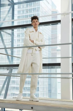 DKNY_LOOK 5_鉛白色飛行外套_$18,990_P4632037 鉛白色打褶九分褲$11,690_AB P4642127A