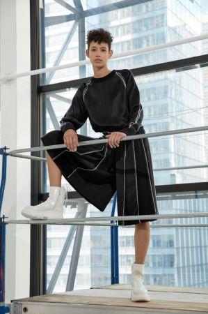 DKNY_LOOK 20_對比縫線上衣_$22,590_P4622214EA 對比縫線短褲_$16,990_P4642134ZA